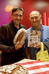 Freikartengewinner und glücklicher Buchbesitzer mit selbstgebackenem Roggenmischbrot