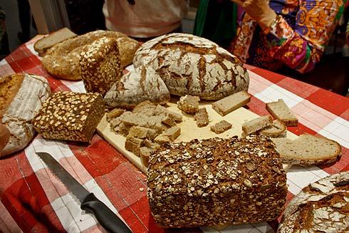 Brotverkostung am Messestand meines Verlages: Neben den mitgebrachten Broten der Freikartengewinner habe ich auch ein Bäckerbrot und ein Diskounterbrot untergeschmuggelt.
