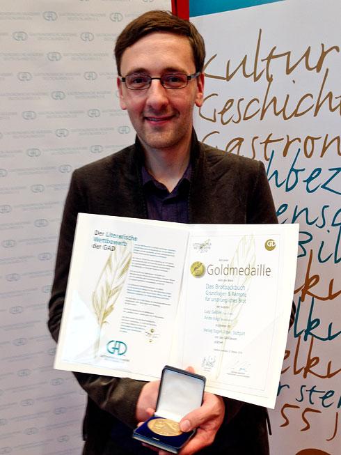 Übernächtigter, aber stolzer Lutz: Urkunde und Goldmedaille für mein Brotbackbuch (Foto: Susanne Böttcher, Ulmer)