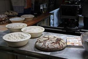 Teiglinge auf Gare, fertige Brote: Für den Dreh muss improvisiert werden. Ein Brot von Anfang bis Ende vor der Kamera backen, frisst zuviel Zeit.