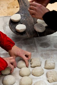 Brötchenteiglinge direkt auf Stein gebacken