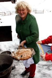 Auch das passiert: Ein in die Aschewanne gestürztes Brot, das dennoch gebacken wurde: Hühnerbrot