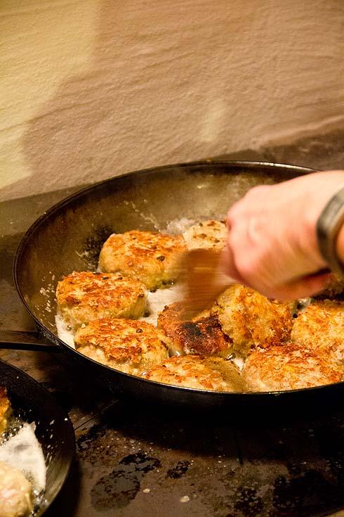 Gemeinsames Kochen - hier die typischen Kaspressknödel aus Altbrot