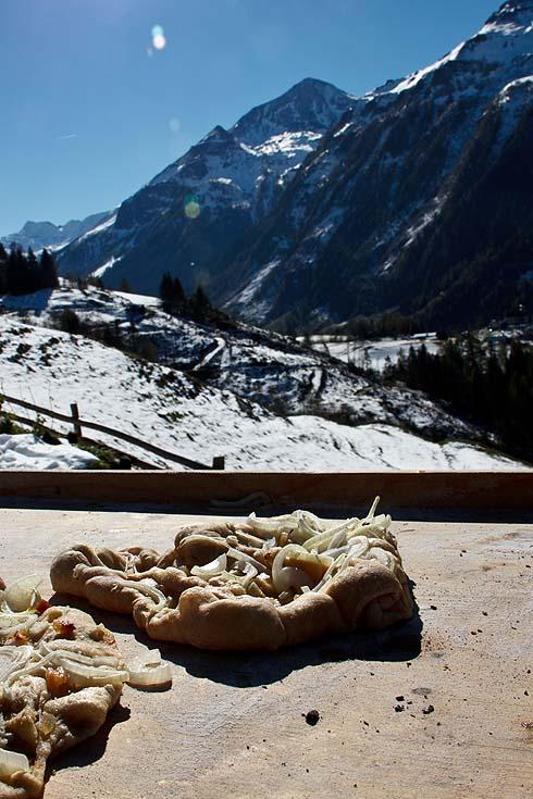 Entspannen bei Flammkuchen-Pizza-Verschnitt aus Dinkel und wärmenden Sonnenstrahlen