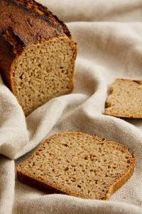 Dank eines richtig weichen Teiges entsteht ein saftiges und lang frischhaltendes Brot: Lichtkornroggenbrot