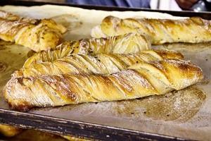Gedrehte Brote mit einem zugekauften Vorteig als Vergleich