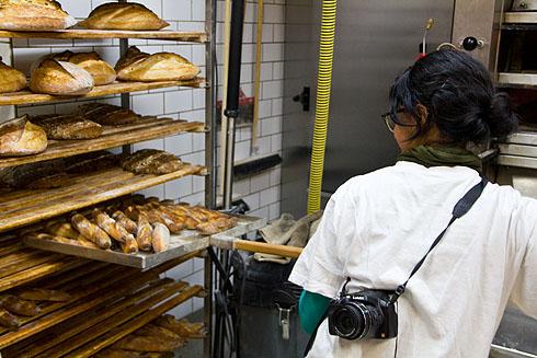 Zayaan holt die Baguettes aus dem Ofen (übrigens Baguettes, die ihren Namen zu Recht tragen).
