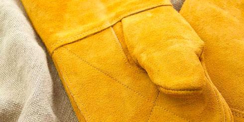 Ofenhandschuhe aus Leder, die lange Zeit große Hitze abhalten (z.B. beim Tragen von Gusseisentöpfen für Topfbrote).