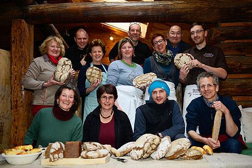 Letzter Tag: Zufriedene Teilnehmer mit den allerletzten zurückgebliebenen Broten. Die meisten steckten schon in den Reisetaschen...
