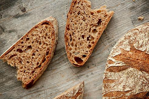 Wild geport, saftig und würzig, kein Vergleich zu Hefevollkornbrot: Weizenvollkornsauerteigbrot