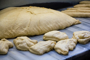 Hinter die Kulissen durften wir auch schauen. Der Bäcker bereitete gerade die Kränze für das nahende orthodoxe Osterfest vor.