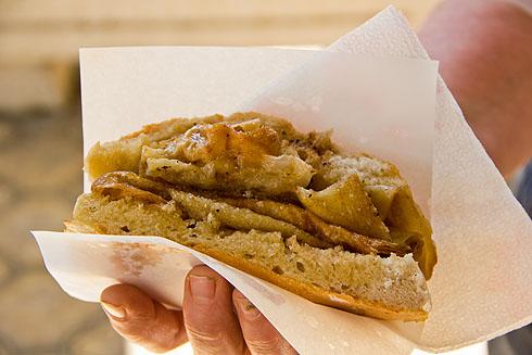 """Wir hatten von """"Bogaçe"""" gehört, das in dieser kleinen """"Bäckerei"""" besonders gut sein sollte. Eine Art Strudelteig, in Butter und Salz erhitzt und in ein Brötchen oder Fladenbrot gelegt."""