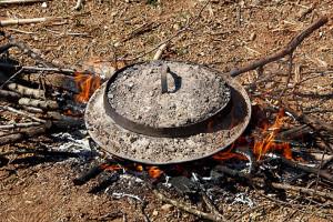 Der Byrek-Deckel wird auf Feuer erhitzt.