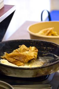 Kommt ein Kunde, wird der gebackene Teig in Salz und Butter angebraten und ins Brötchen gesteckt.