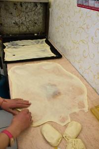 Ist der Teig hauchdünn, wird er doppelt bis vierfach übereinandergelegt und im Ofen gebacken.