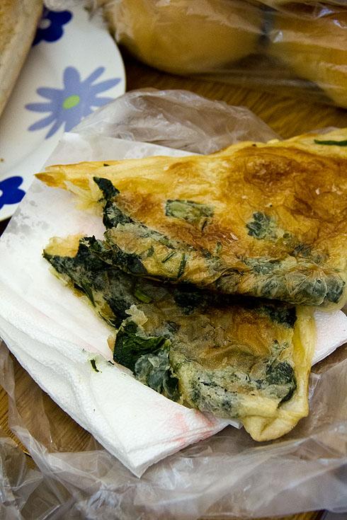 Mit frischem Spinat zwischem dem hauchdünnen Teig entsteht eine weitere Köstlichkeit.