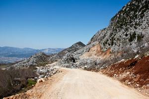 Eine noch wirklich gute Straße auf dem Weg ins Dorf Gjinar.