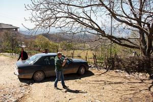 Albanien ist Mercedes-Land. Kaum ein anderes Auto sieht man so oft als Gebrauchtwagen. Und kaum ein anderes Auto hat derart hohe Kilometerstände (das Fahrzeug auf dem Foto ca. 750.000 km).