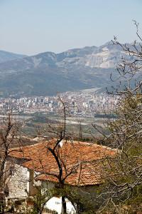 Blick von den Bergen auf Elbasan.