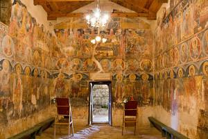 Eine kleine, kulturhistorisch wichtige Kirche in einem Bergdorf mit bestechenden Wandzeichnungen.