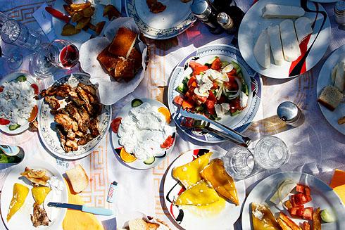 Zu Gast in Gjinar. Kaum eine Minute da, wird uns ein einfaches, aber umso schmackhafteres Essen kredenzt, natürlich mit Lammfleisch.