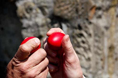 Es ist Brauch, mit seinem Gegenüber in den Ei-Kampf zu treten. Wessen Ei beim Aufeinanderschlagen ganz bleibt, sucht sich einen nächsten Gegenspieler.