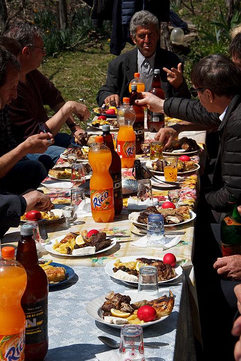 Festtafel mit typischen Gerichten, allen voran einem Schafskopf für die Gäste, um die Frische des Fleisches zu verdeutlichen... Limo und Bier standen wohl eher unseretwegen auf dem Tisch und gehören eigentlich nicht zur normalen Tischausstattung (Schnaps und Wasser schon).