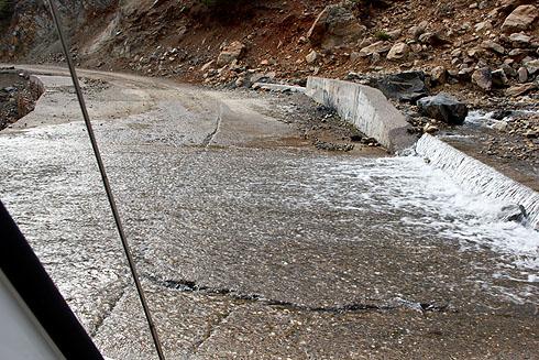 Überspülte Straße. Albanien hat mit starker Erosion seiner Landflächen zu kämpfen.