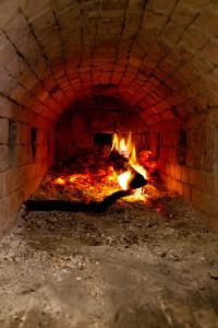 Indirekt beheizter Holzofen. Die heißen Rauchgase werden in den Backraum geleitet.