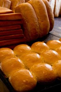 Brötchen und Brote aus Weizen, hinten links Maisbrote (flach).