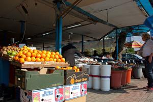Großer Markt in Tirana mit Orangen, für die man alles andere liegen lässt.