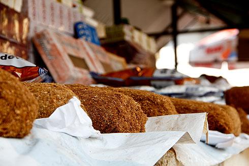Erst haben wir es für Brot gehalten, bei näherem Hinsehen war es doch loser Tabak...