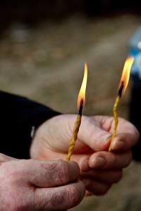 Kerzen aus Bienenwachs in der Hand, laufen alle Teilnehmenden dreimal um die Kirche, bevor sie einziehen.