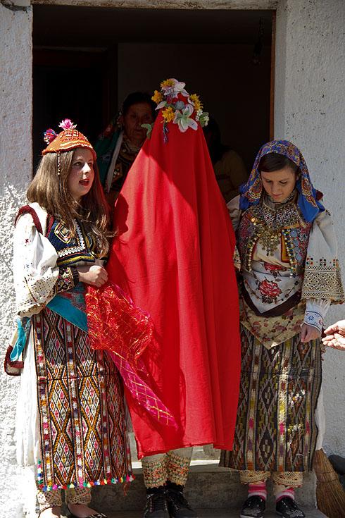 Ein Szenenspiel mit traditioneller Heirat, bei der der Braut...