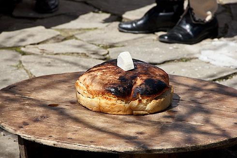 ... ein Brot und ein Stück Käse gegönnt wird.