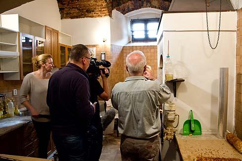 Die Schwarzküche im Franziskanerkloster gefüllt mit Fernsehteam, Dolmetscher und Bäckern.