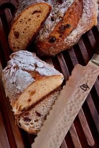 Naturbelassenes Holz, naturbelassenes Brot.