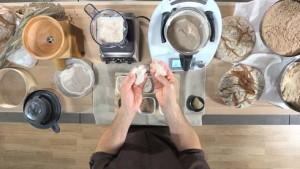 Verschiedene Geräte im Mahl-/Schrot-Test für Vollkornmehle.