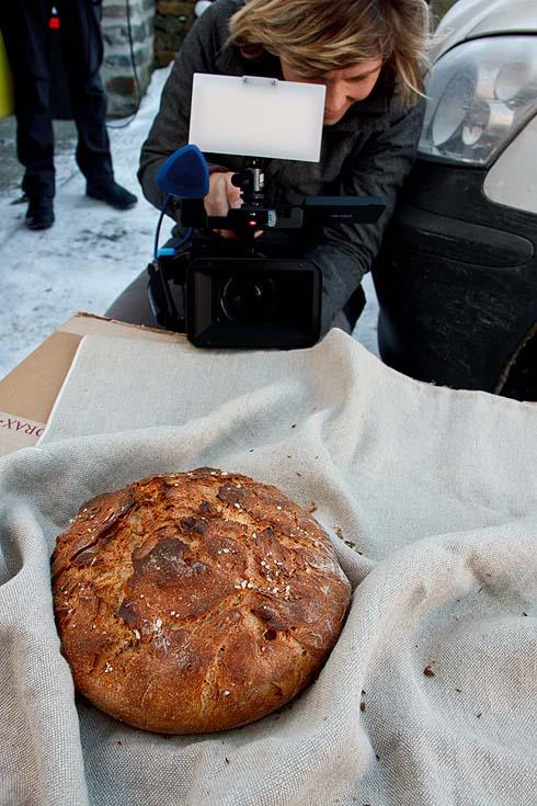 Fotobeweis: Kamera und Ton belauern das Brot im Outdoor-Fotostudio