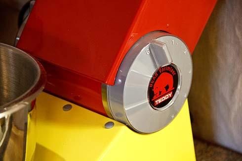 Der Geschwindigkeitsregler ist gleichzeitig zum Schwenken des Knetarms gedacht. Über Stufe 1 braucht kein Teig geknetet werden, besser darunter.