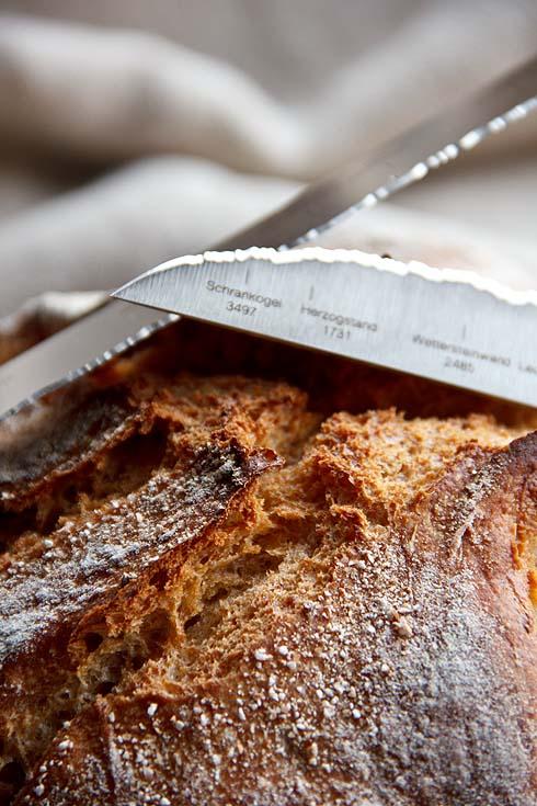Mit Profil, auf dem Brot und auf den Messern.