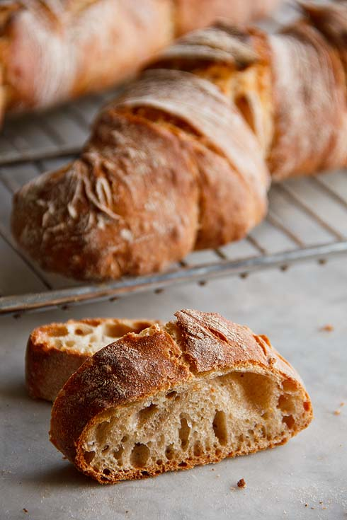 Brote, wie dieses Dinkel-Emmer-Brot, brauchen gut entwickelte Teige. Eine Knetmaschine hilft dabei.
