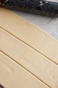 ...von Hand auf 5 mm Dicke ausrollen und in Streifen schneiden.