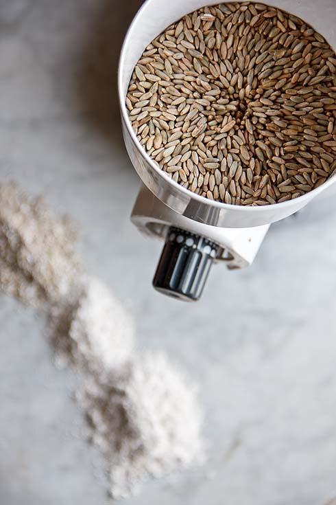 Die Schnitzer-Getreidemühle mit Naturmahlsteinen hilft, Schrote und Mehle beliebiger Korngröße daheim zu mahlen.
