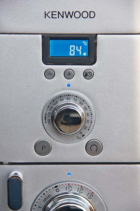 Temperierbar zwischen 20°C und 140°C ist die Kenwood Cooking Chef in der Lage, Teige auf optimaler Temperatur zu halten oder Koch- und Brühstücke unter automatischem Rühren herzustellen.