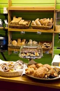 Klein, aber fein: Auslage in Jakobs Bäckerei.