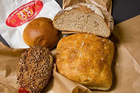 Brotauswahl aus der Vaaland-Bäckerei, die mir der Bäcker empfohlen hat: Boller, Sauerteigbrot, Roggenbrötchen, Ciabatta/Focaccia.