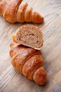 Locker und mit relativ wenig Butter für Croissants. Wer es buttriger mag, nimmt mehr Tourierbutter, gern das Doppelte.