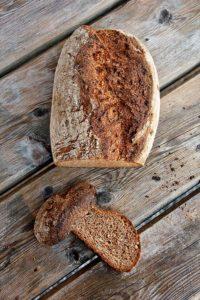 Voller Korn: Weizenmischbrot mit Saaten