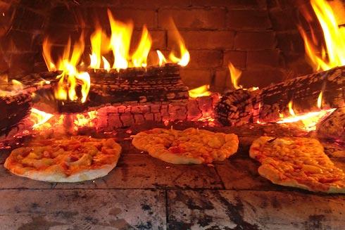 Klassisch im Holzofen gebacken.